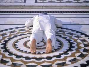 PROSTRATING IN PRAYER, GOLDEN TEMPLE, AMRITSAR, INDIA