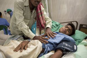 MOHAMMED'S FATHER PRAYS FOR HIS RECOVERY, HOPE HOSPITAL, COX'S BAZAR, BANGLADESH